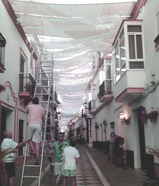 Los vecinos de castelar decoran su calle para recibir a la for Calle castelar